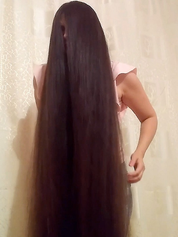VIDEO - Ioana's super long hair in front of the camera