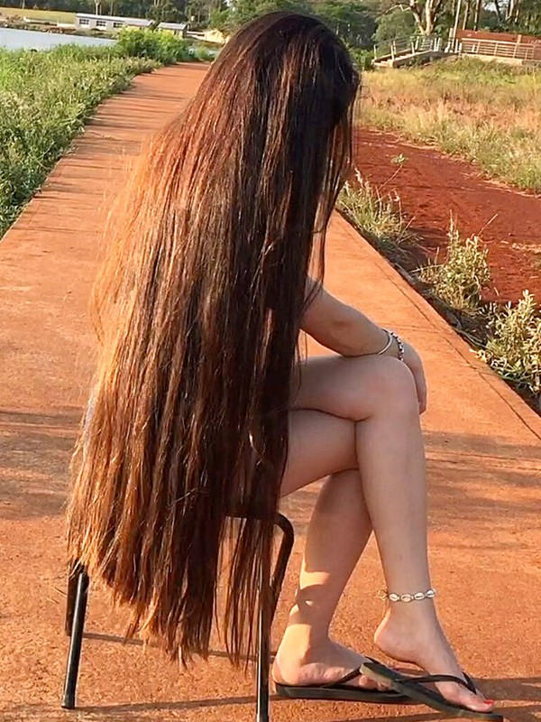 VIDEO - Starting the day with long hair play