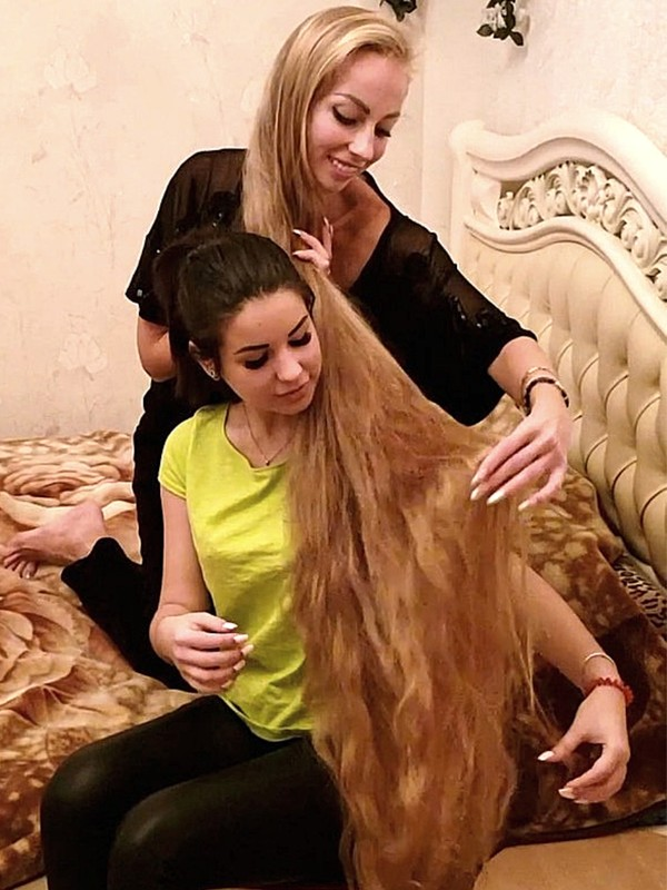 VIDEO - Blonde Rapunzel's friend