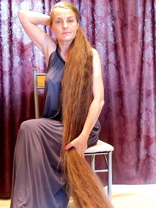 VIDEO - Hair longer than herself