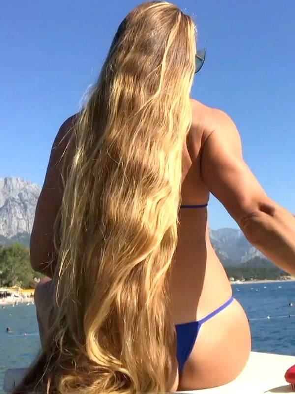 VIDEO - Blonde Rapunzel's blue bikini