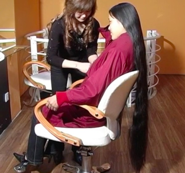VIDEO - Chinese knee length hair washing