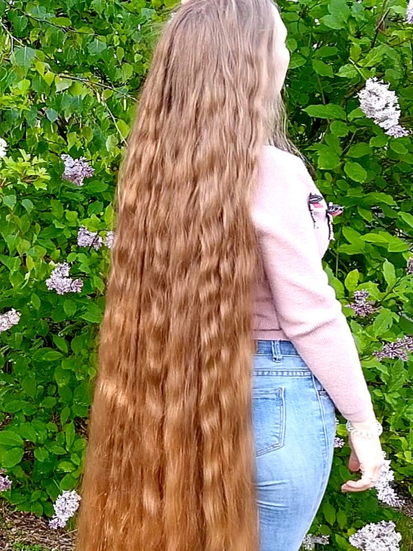 VIDEO - Super long wavy hair in nature