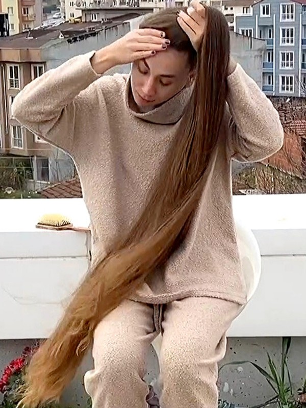 VIDEO - The girl with super thick, very long hair