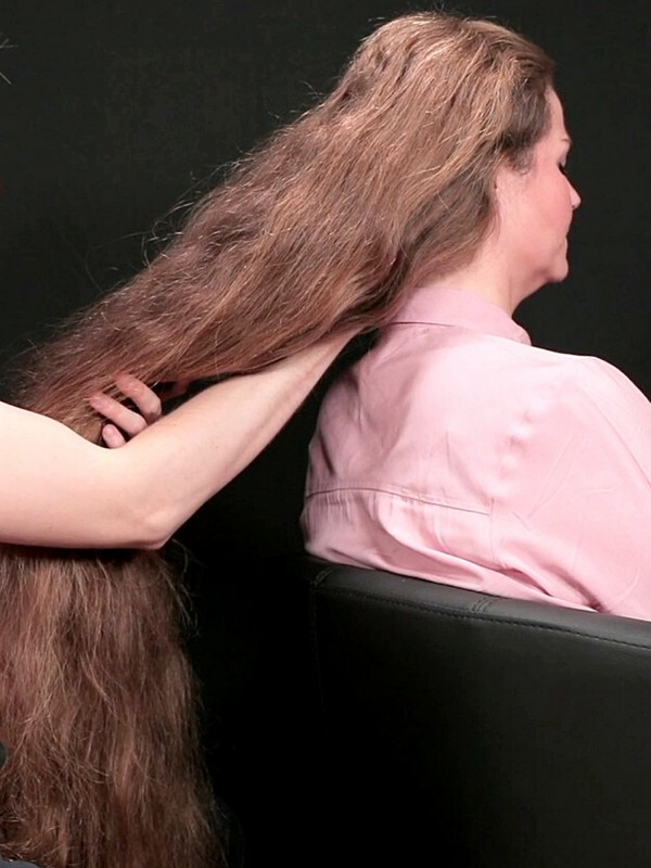 VIDEO - Scalp massage for a long haired woman