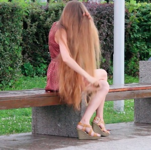 VIDEO - Classic length blonde hair play outside
