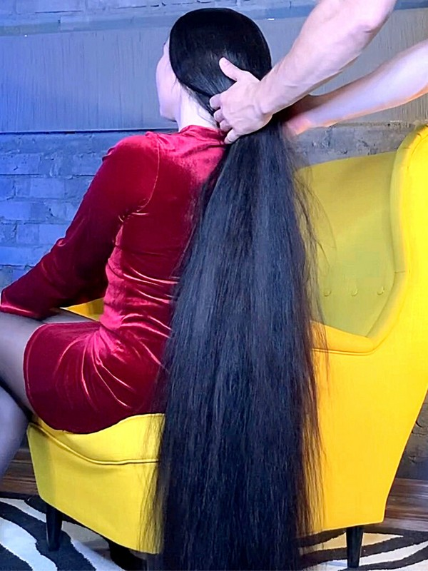 VIDEO - She needs help with her heavy hair brushing