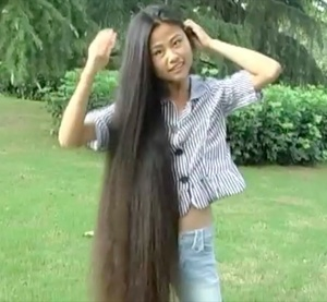 VIDEO - Chinese knee length hair play outside