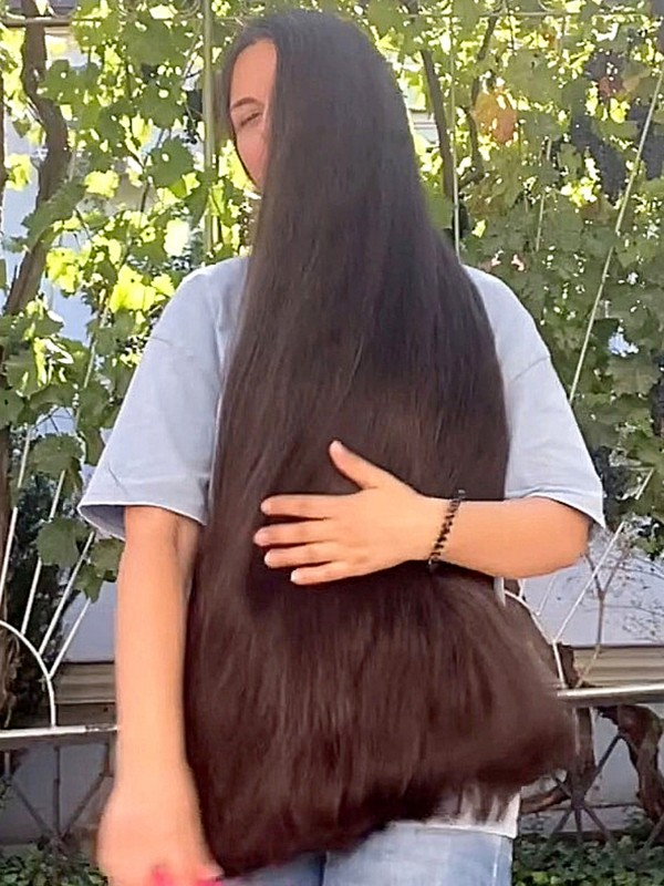 VIDEO - Extreme hair brushing in the garden