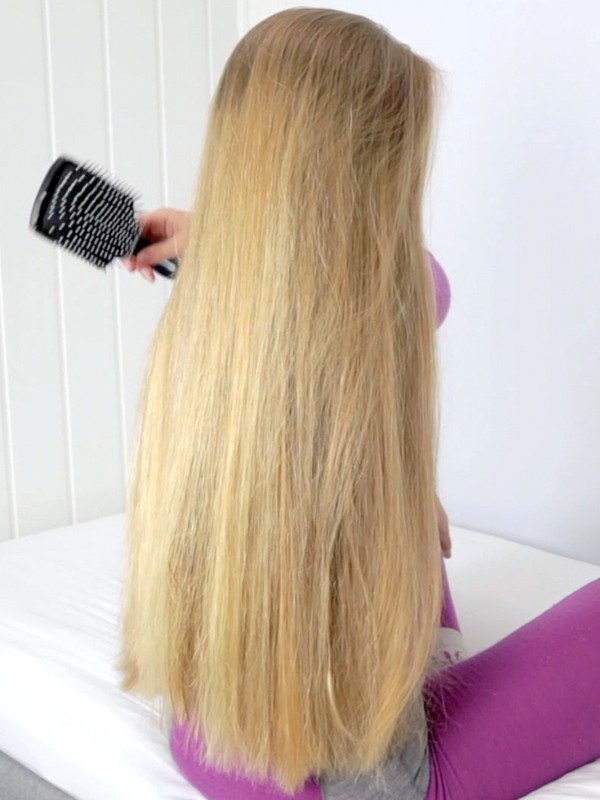 VIDEO - Nora's hair brushing in the bed
