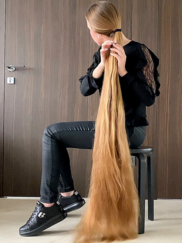 VIDEO - Long hair lady with incredible hair