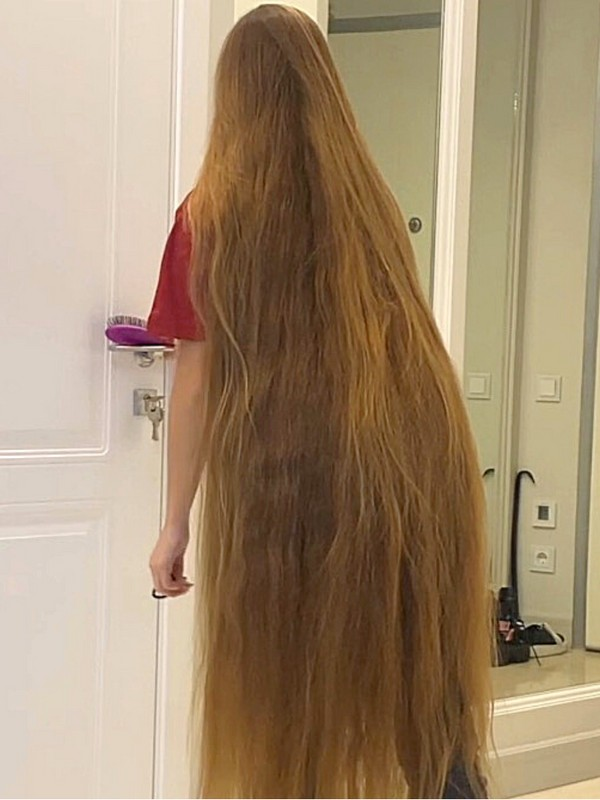 VIDEO - This blonde lady has such LONG hair!