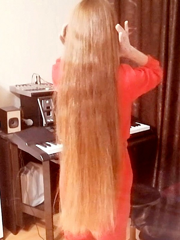 VIDEO - She loves being a long hair model