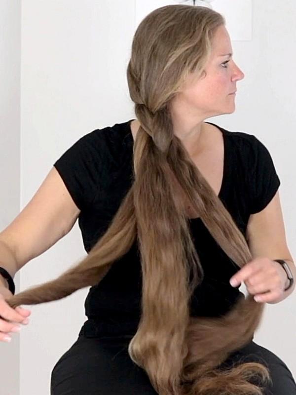 VIDEO - Siri's hair brushing and hair play
