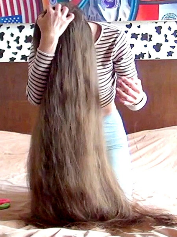VIDEO - Her hair length is unique