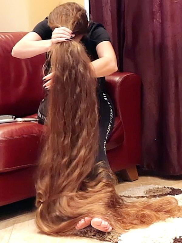 VIDEO - She loves her ultra long hair