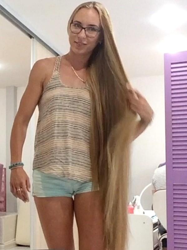 VIDEO - Kateryna at the hair salon