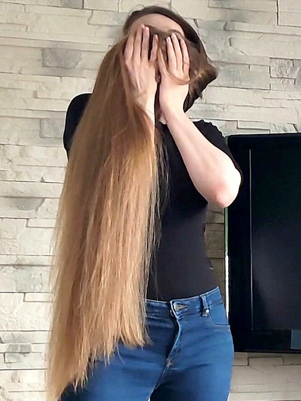 VIDEO - Blonde hair play perfection