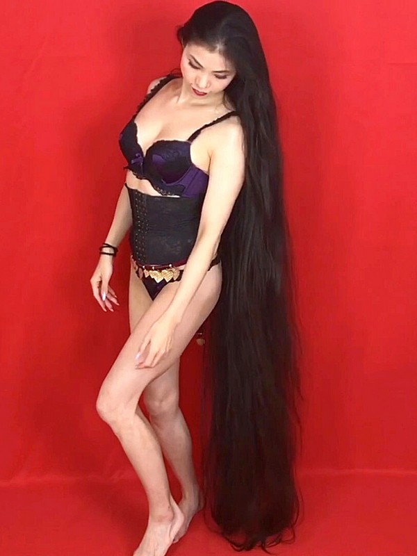 VIDEO - Extremely long hair and three heavy braids