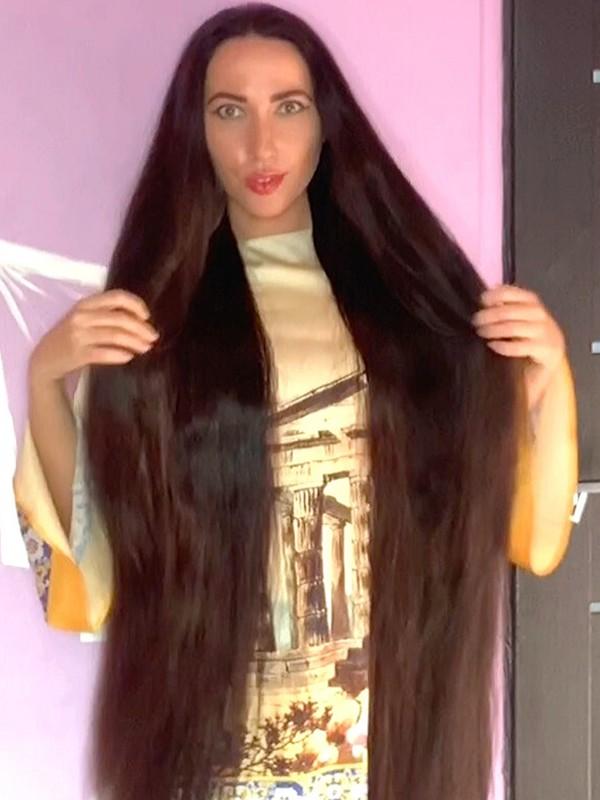VIDEO - Mila, the long hair enthusiast