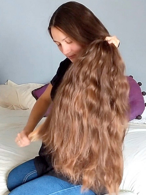 VIDEO - Her hair is very thick, and getting longer and longer!