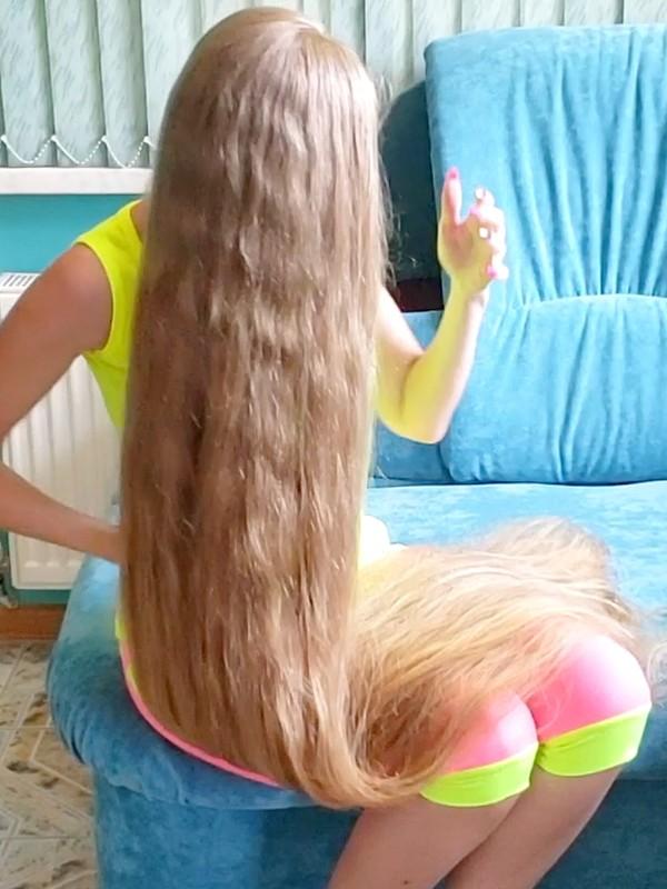 VIDEO - Blonde hair, blue sofa