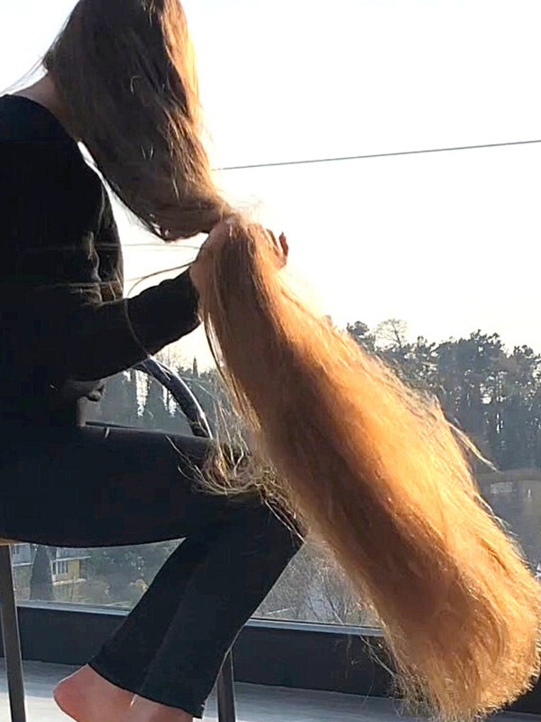 VIDEO - A girl with very long hair on the balcony