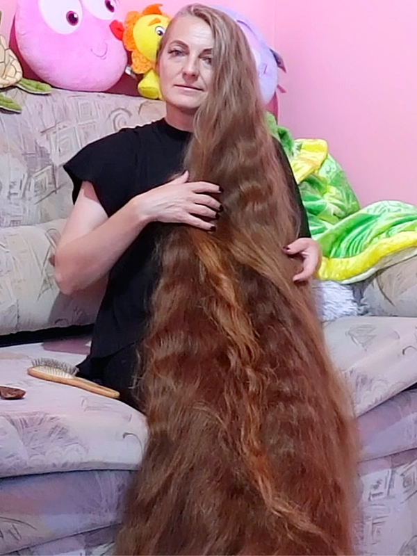 VIDEO - So much hair that she can use it as a blanket