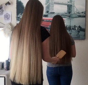 VIDEO - The blonde and the brunette
