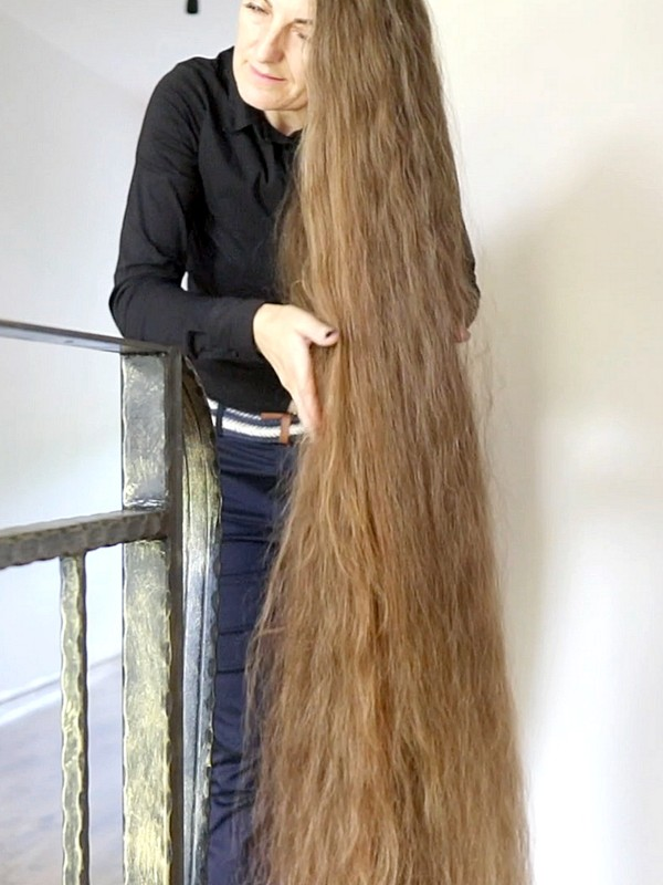 VIDEO - A long hair lady you won't forget