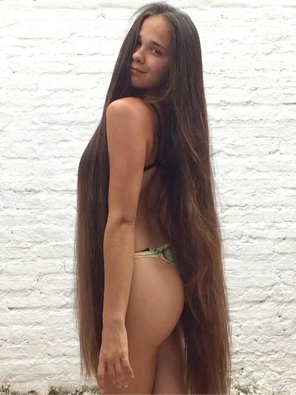 VIDEO - Beautiful Pamela's brunette mane
