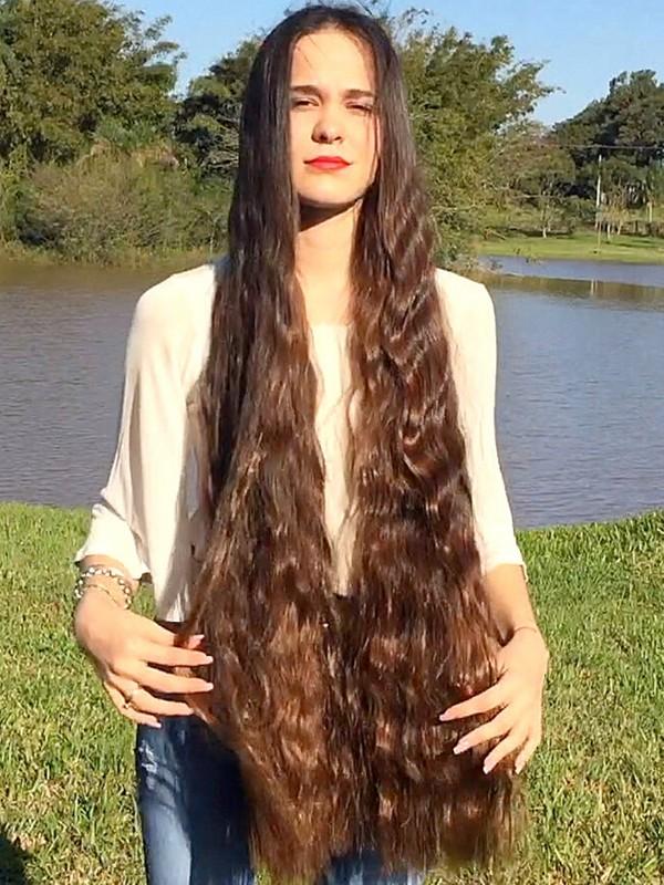 VIDEO - Pamela's beautiful hair by the lake