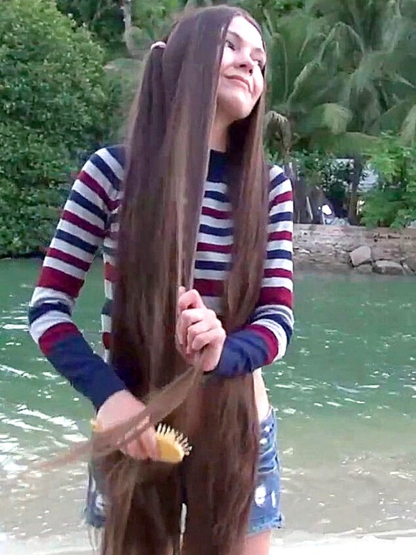VIDEO - Genevieve by the water