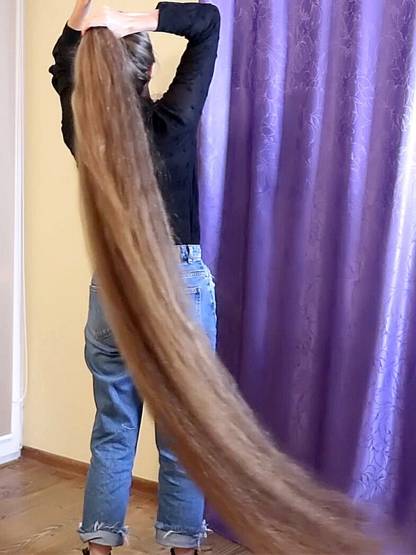 VIDEO - Extreme hair length is her passion