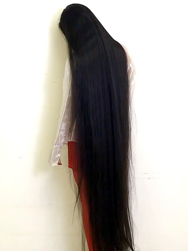 VIDEO - She rocks floor length hair