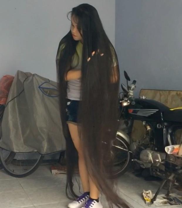 VIDEO - Beyond floor length hair play