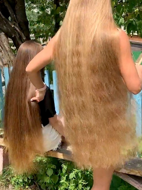 VIDEO - Julia and her friend's creative hair play outside