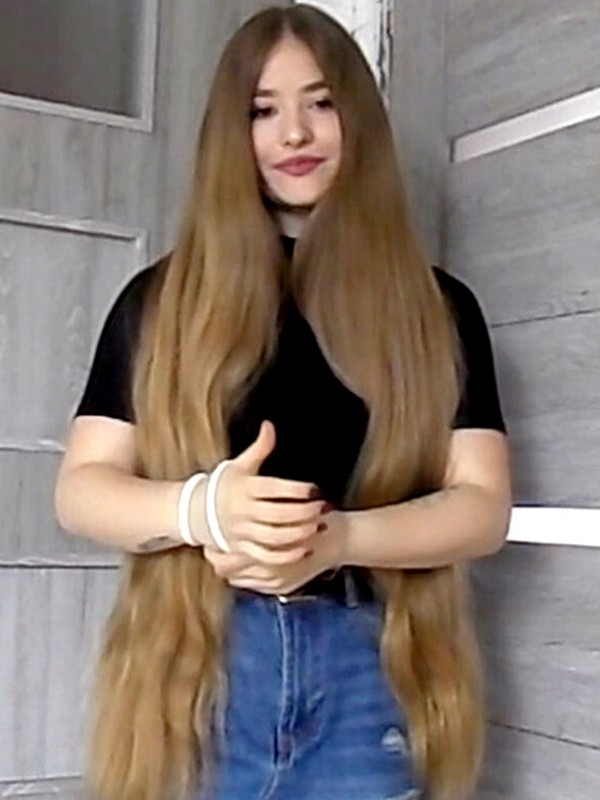 VIDEO - At the start of her long hair journey