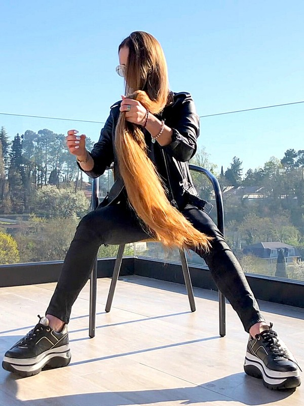VIDEO - She loves playing with her hair on the balcony