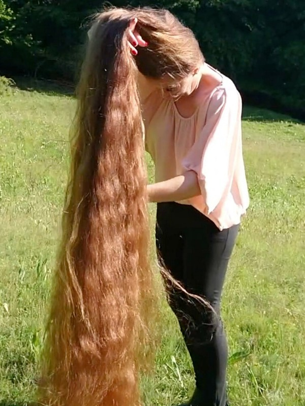 VIDEO - Tons of hair on a field