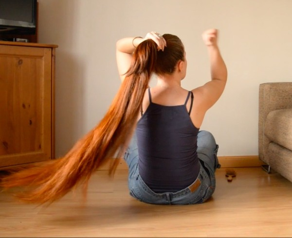 VIDEO - Thigh length hair play on the floor