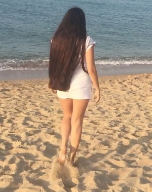 VIDEO - Mila´s hair play at the beach