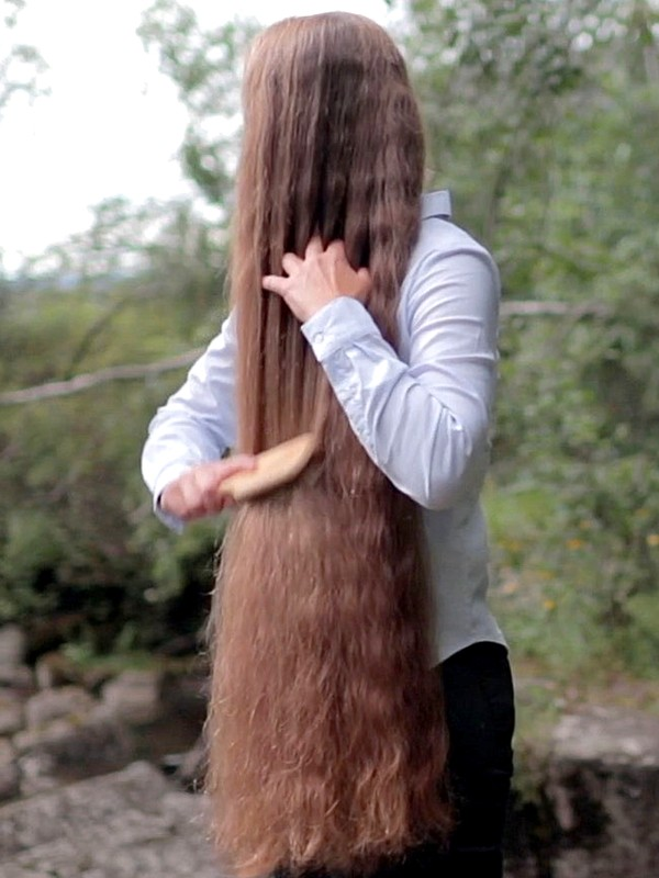 VIDEO - Siri's long hair brushing and display by the water