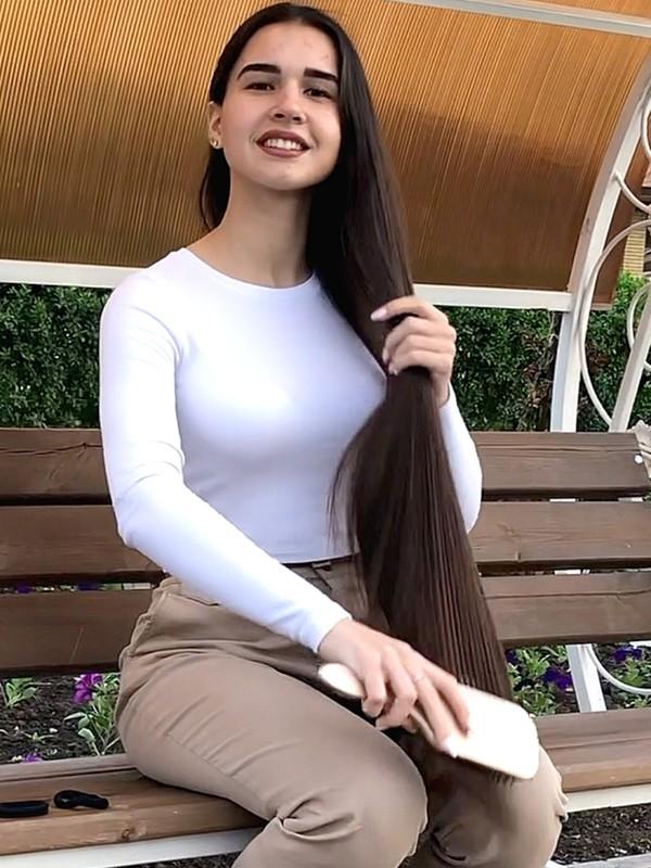 VIDEO - Beautiful brunette