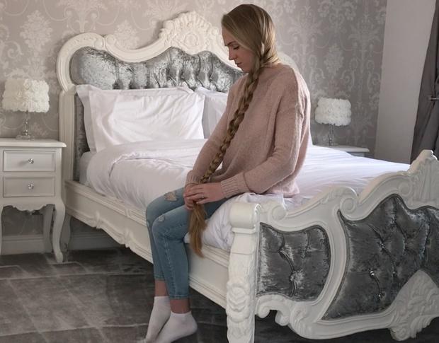 VIDEO - Knee length hair play in bed