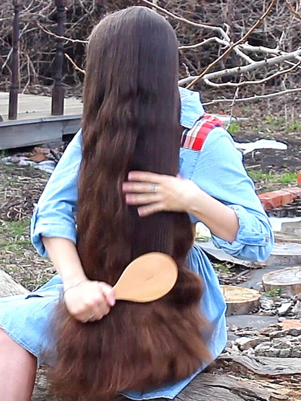 VIDEO - Her hair is so thick!