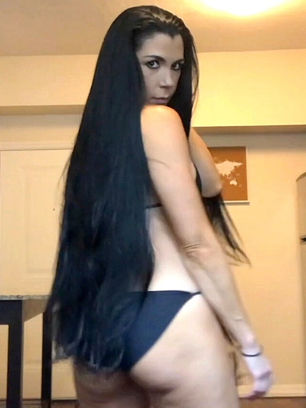 VIDEO - Long hair dance in bikini