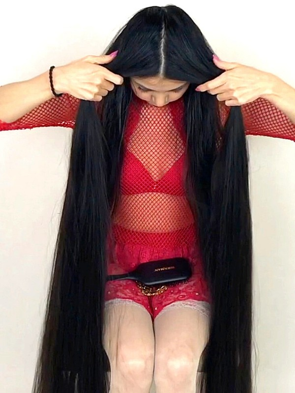 VIDEO - Extremely long hair floor show