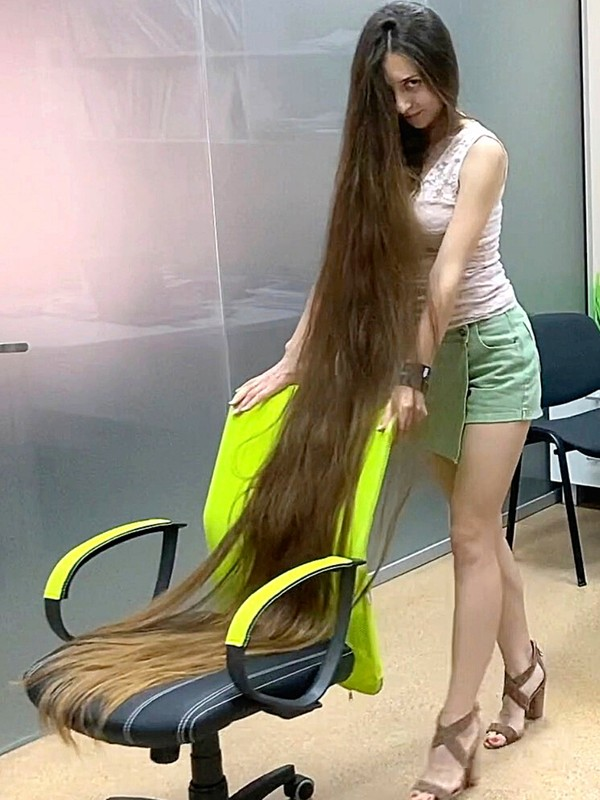 VIDEO - The office woman with super long hair