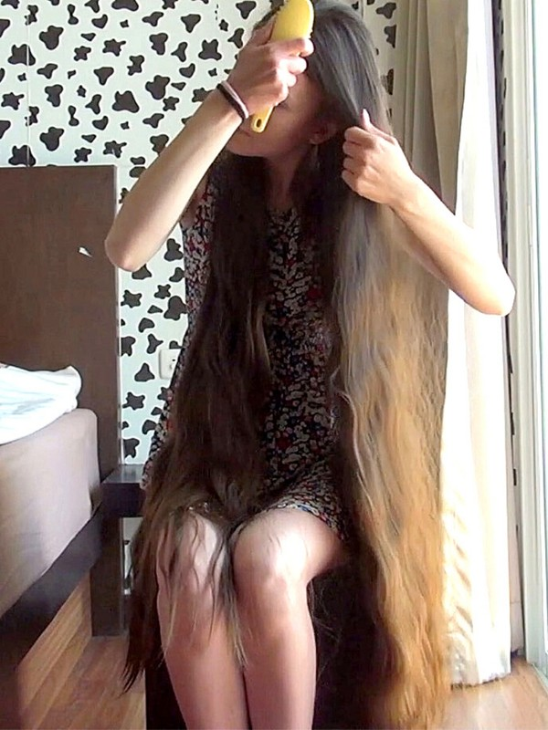 VIDEO - Young woman, heavy hair